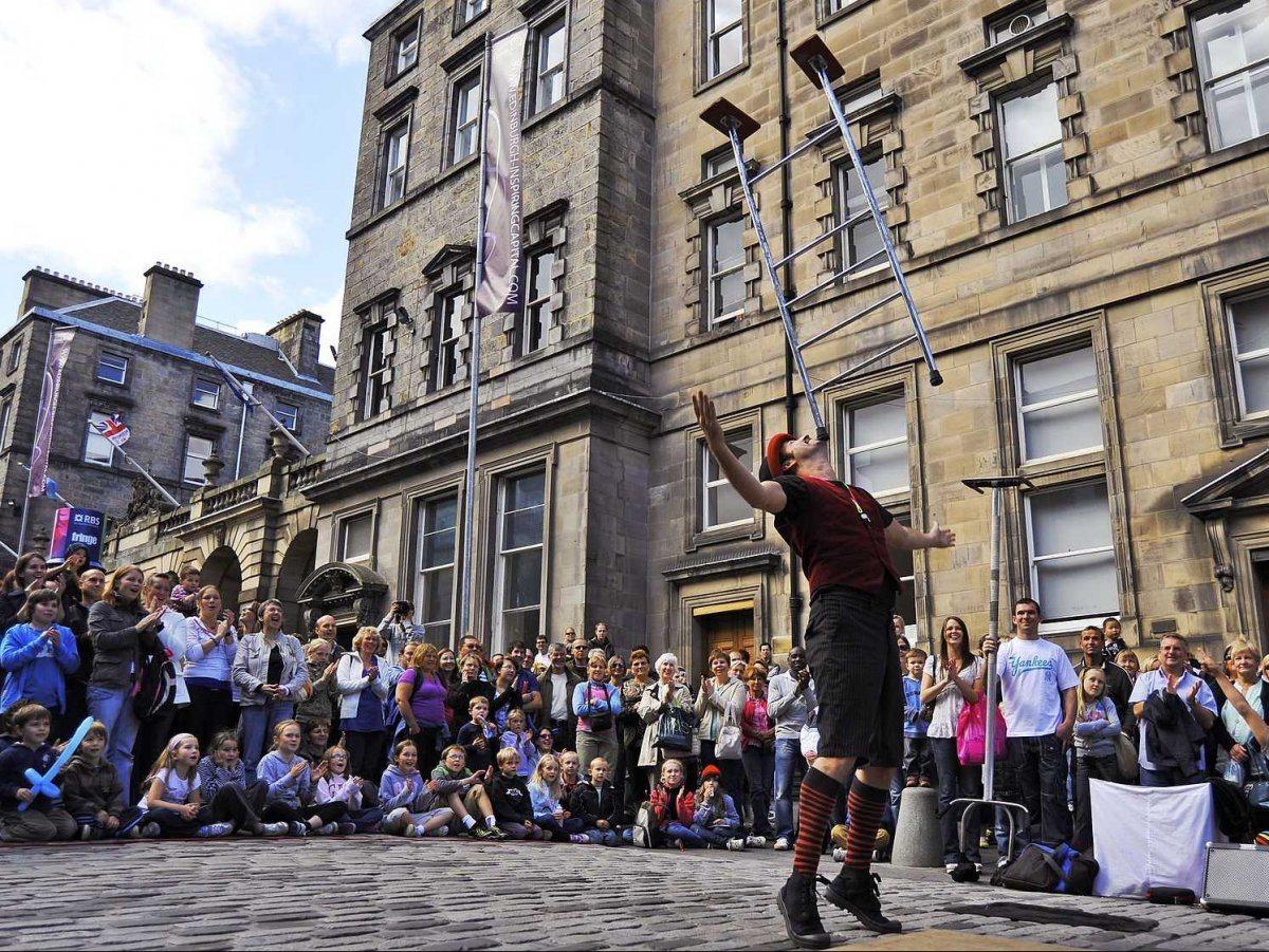 Il Fringe Festival il più grande festival di arte al mondo ad Edinburgo in Scozia