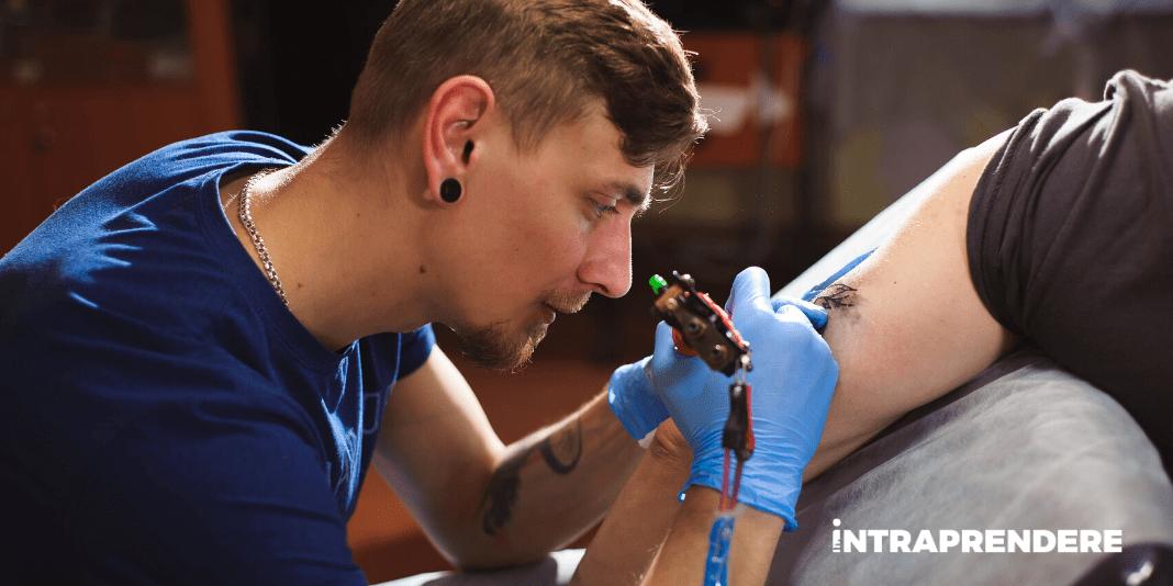 Come Diventare Tatuatore? Ecco i Requisiti Necessari, i Corsi Obbligatori e le Prospettive di Guadagno